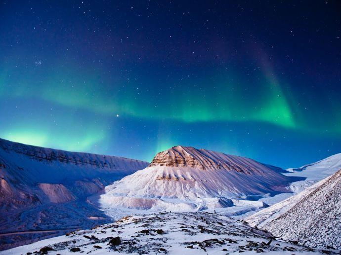 aurora-borealis-svalbard_58917_990x742