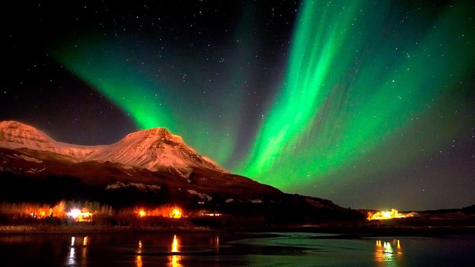 Seeing-the-Northern-Lights-for-a-romantic